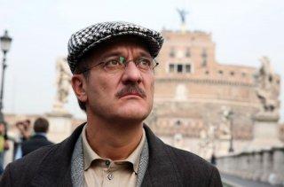 Claudio Bisio in una sequenza dell'episodio 'Terapia d'urto' del film I mostri oggi