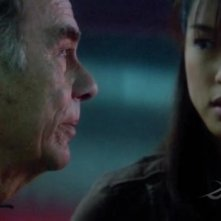 Dean Stockwell e Grace Park in una scena dell'episodio No Exit di Battlestar Galactica