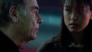 Dean Stockwell e Grace Park in una scena dell'episodio No Exit di Battlestar Galactica