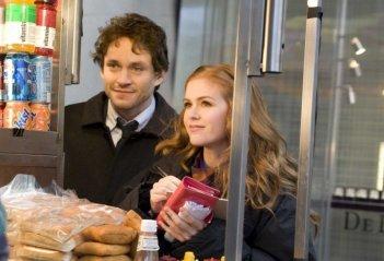 Hugh Dancy e Isla Fisher in un'immagine del film I Love Shopping