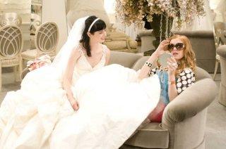 Krysten Ritter e Isla Fisher in una sequenza del film I Love Shopping