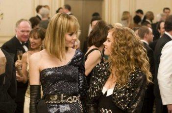 Leslie Bibb e Isla Fisher in una scena del film I Love Shopping