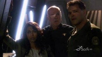 Michael Hogan, Rekha Sharma e Aaron Douglas in una scena dell'episodio No Exit di Battlestar Galactica