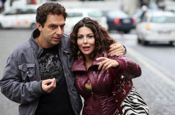 Neri Marcorè e Sabrina Ferilli in una scena dell'episodio 'Euro più euro meno' del film i mostri oggi