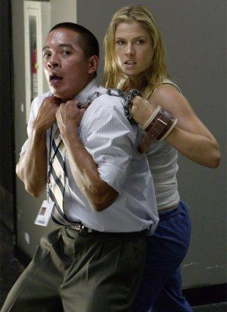 Ali Larter in una drammatica scena di Building 26 dalla terza stagione di Heroes