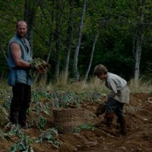 Jason Statham e Colin Ford in un'immagine del film In the Name of the King