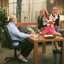 Miley Cyrus e Rob Reiner in una scena dell'episodio You Gotta Lose This Job di Hannah Montana