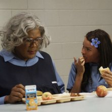Tyler Perry e Sofia Vergara in una scena del film Madea Goes to Jail