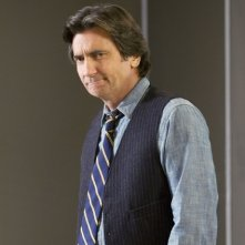 Griffin Dunne in una scena dell'episodio Way Beyond the Call di Trust Me