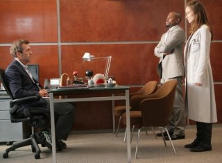 Hugh Laurie, Omar Epps e Olivia Wilde in una scena tratta da Unfaithful di Dr. House: Medical Division