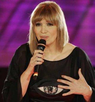 Sanremo 2009, prima serata: Iva Zanicchi all'Ariston con la sua 'Ti voglio senza amore'.
