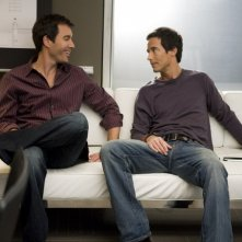 Thomas Cavanagh e Eric McCormack in un momento dell'episodio But Wait, There's More di Trust Me