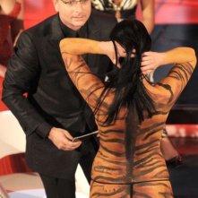 La pornostar Laura Perego mentre fa irruzione durante il Festival di Sanremo 2009. Bonolis cerca di capire cosa stia succedendo