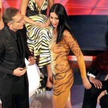 La pornostar Laura Perego mentre fa irruzione durante il Festival di Sanremo 2009. Davanti a lei ci sono Bonolis e Hugh Hefner