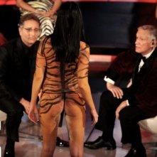 Una foto di Laura Perego mentre fa irruzione durante il Festival di Sanremo 2009. Davanti a lei ci sono Bonolis e Hugh Hefner