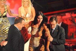 Una foto di Laura Perego mentre fa irruzione sul palcoscenico del teatro Ariston, durante il Festival di Sanremo 2009