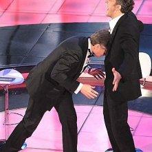 Sanremo 2009: Paolo Bonolis replica la 'zidanata' con Vincent Cassel