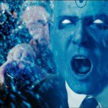 Billy Crudup in una scena del film Watchmen, tratto dalla celebre graphic novel di Alan Moore