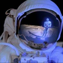 Dr. Manhattan si riflette nell'elmetto di un astronauta in una scena del film Watchmen