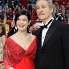 Kevin Kline e Phoebe Cates sul tappeto rosso degli Oscar 2009