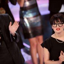 Paolo Bonolis applaude Arisa, vincitrice della sezione 'Nuove proposte' del Festival di Sanremo 2009
