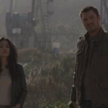 Stephanie Jacobsen e Brian Austin Green in una scena dell'episodio Ourselves Alone di Terminator: The Sarah Connor Chronicles