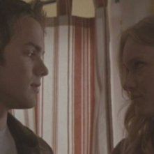 Thomas Dekker e Leven Rambin in una scena dell'episodio Ourselves Alone di Terminator: The Sarah Connor Chronicles
