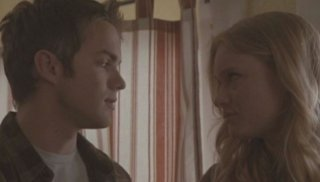 Thomas Dekker e Leven Rambin in una scena dell'episodio Ourselves Alone di Terminator: The Sarah Connor Chronicles