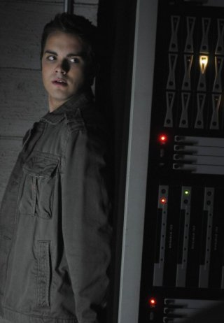 Thomas Dekker in una scena dell'episodio Some Must Watch While Some Must Sleep di Terminator: The Sarah Connor Chronicles