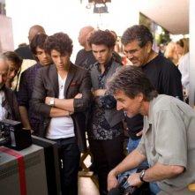 Alan Sacks, Scott Sakamoto, Joe Jonas, Nick Jonas e Kevin Jonas sul set del film-concerto Jonas Brothers: The 3D Concert Experience