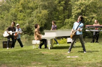 Kevin Jonas, John Taylor, Nick Jones, Greg 'Garbo' Garbowsky, Joe Jonas e Ryan Liestman in un'immagine del film-concerto Jonas Brothers: The 3D Concert Experience
