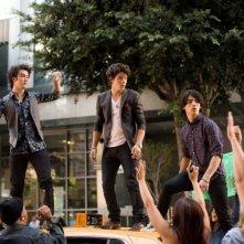 Kevin, Nick e Joe Jonas in un'immagine del film-concerto Jonas Brothers: The 3D Concert Experience