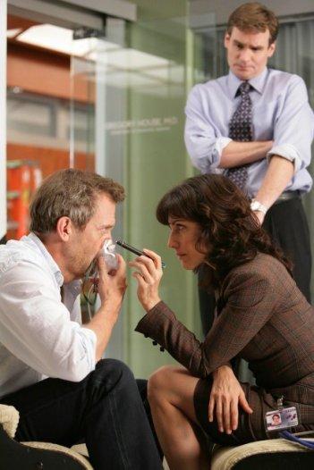 Lisa Edelstein, Hugh Laurie e Robert Sean Leonard in una scena dell'episodio The Softer Side di Dr. House: Medical Division