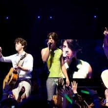 Nick, Joe e Kevin Jonas in un'immagine del film-concerto Jonas Brothers: The 3D Concert Experience