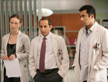 Olivia Wilde, Peter Jacobson e Kal Penn in una scena dell'episodio The Softer Side di Dr. House: Medical Division