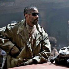 Denzel Washington eroico e solitario protagonista di The Book of Eli