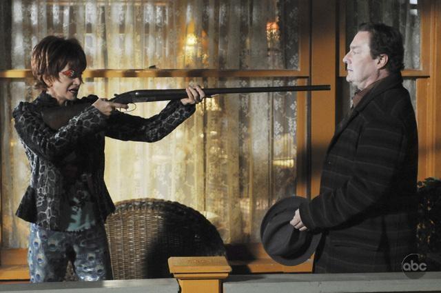 Swoosie Kurtz Con Il Collega Stephen Root In Un Momento Dell Episodio Robbing Hood Della Serie Tv Pushing Daisies 106841