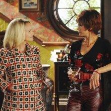 Swoosie Kurtz con Kristin Chenoweth nell'episodio 'Robbing Hood' della serie tv Pushing Daisies