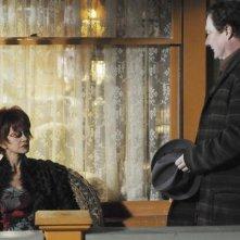 Swoosie Kurtz con Stephen Root in un momento dell'episodio 'Robbing Hood' della serie tv Pushing Daisies