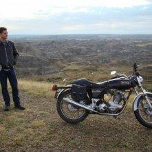 Joshua Jackson solo con la sua moto in una scena di One Week