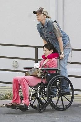 Ancora Toni Collette/Buck intento a spingere la sedia a rotelle di Rosemarie deWitt