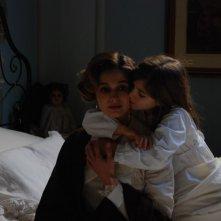 La piccola Angelica Cinquantini con Ana Caterina Murariu in una sequenza del tv movie Il mistero del lago.
