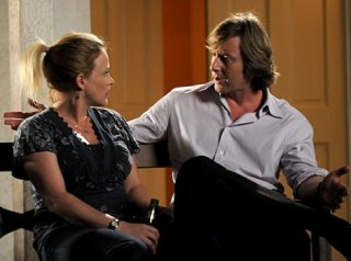 Patricia Arquette e Jake Weber in una scena di A Person of Interest, terzo episodio della quinta stagione di Medium
