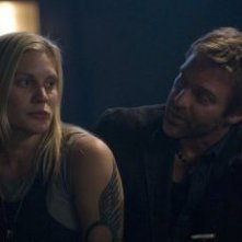 Katee Sackhoff e Roark Critchlow in una scena dell'episodio 'Someone to Watch Over Me' della quarta stagione di Battlestar Galactica