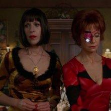 Swoosie Kurtz insieme a Ellen Greene nell'episodio 'Il Piccione' della serie tv Pushing Daisies