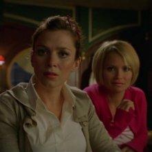 Anna Friel insieme a Kristin Chenoweth in una scena dell'episodio 'Il profumo del successo' della serie tv Pushing Daisies