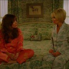 Kristin Chenoweth e Anna Friel in un momento dell'episodio 'Corpo Surgelato' della serie tv Pushing Daisies