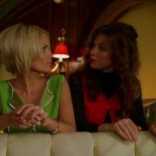 Kristin Chenoweth e Anna Friel in una scena dell'episodio 'Amare Delizie' della prima stagione di Pushing Daisies
