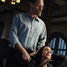 Lindsey McKeon e Christopher Heyerdahl nell'episodio Death Takes a Holiday di Supernatural