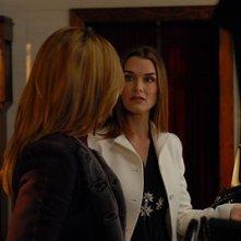 Brooke Shields e di spalle Kim Raver in una scena dell'episodio 'Chapter Six: Take the High Road' della prima stagione di Lipstick Jungle